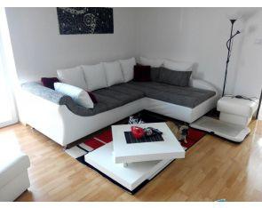 Sedací souprava středem obývacího pokoje